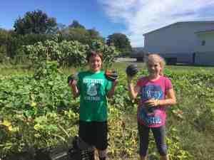 5th graders harvest acorn squash